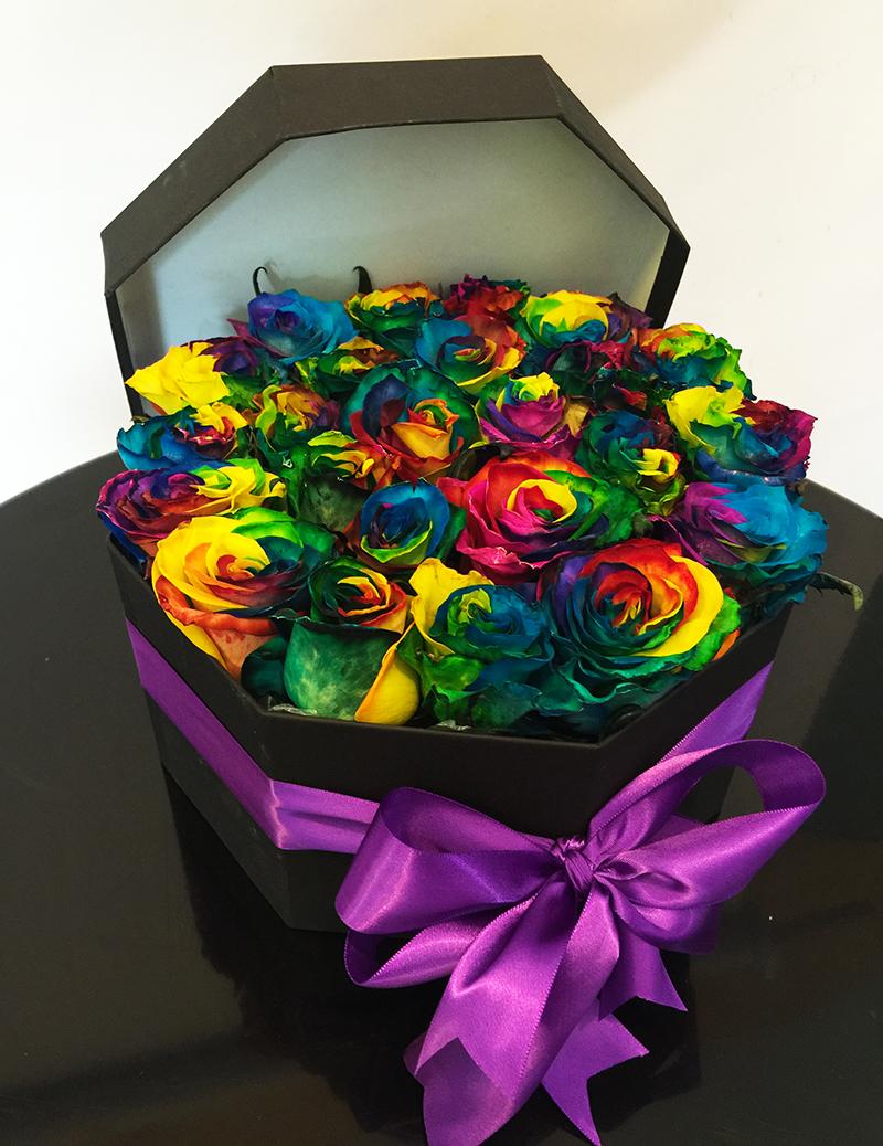 Caja octagonal con 24 rosas arcoiris - Flores y ExpresionesFlores y ...